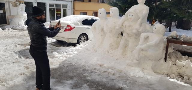 Kastamonulu esnafın yaptığı kardan heykeller ilgi görüyor