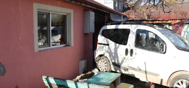 Kaza yapan aracın eve girmesini kaldırım taşları önledi