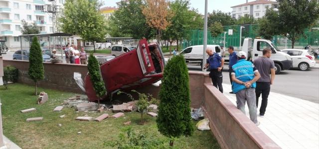 Kaza yapan otomobil bahçeye düştü