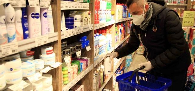 Koronavirüs endişesi nedeniyle vatandaşların alışverişini belediye ekipleri yapıyor