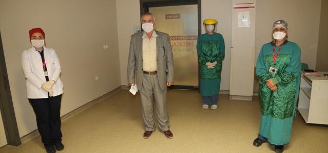 Kovid-19 tedavisi gördüğü hastaneden şiir okuyup türkü söyleyerek ayrıldı