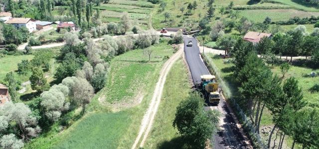 Köy yollarında asfalt çalışması