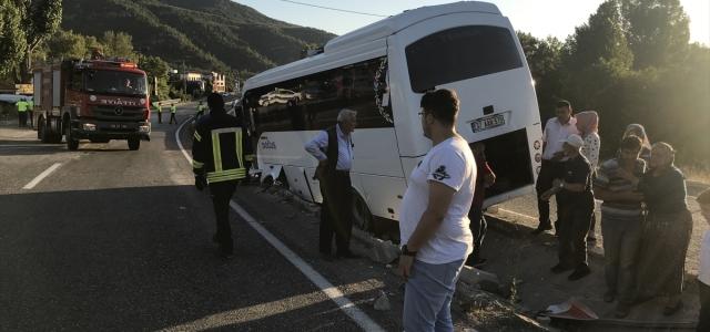Lastiği patlayan midibüs refüje düştü: 1 yaralı