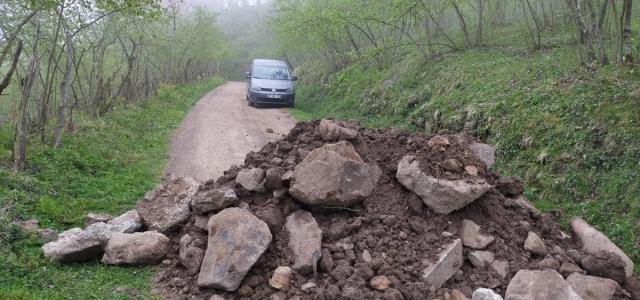 Ordu ve Giresun arasındaki köy yolu araç geçişlerini engellemek için kapatıldı