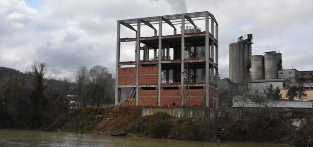 Ordu'da dere yatağındaki 4 katlı binanın yıkımına başlandı