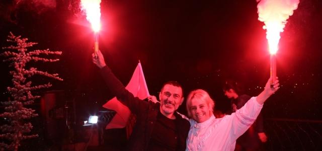 Orta ve Doğu Karadeniz'de vatandaşlar 19 Mayıs'ta İstiklal Marşı'nı balkonlarında okudu