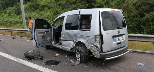 Otomobil park halindeki hafif ticari araca çarptı: 5 yaralı