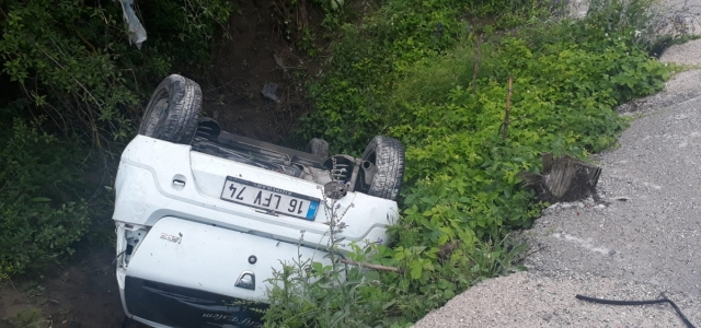 Otomobil şarampole yuvarlandı: 3 kişi yaralandı