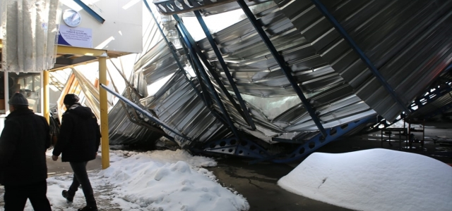 Rize'de kar nedeniyle otomobil galerisinin çatısı çöktü