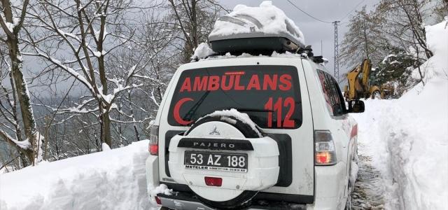 Rize'de UMKE personeli felçli hastayı sırtında ambulansa taşıdı