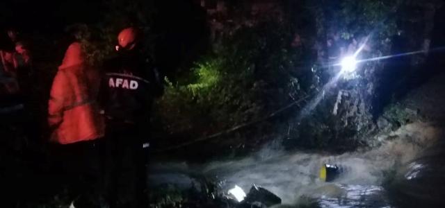 Sağanak nedeniyle çöken köprüde mahsur kalan aile kurtarıldı
