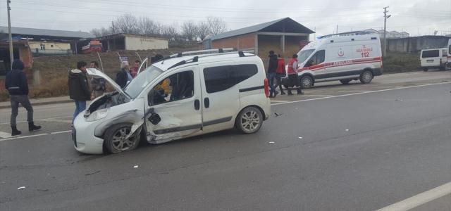 Samsun'da hafif ticari araçla otomobil çarpıştı: 2 yaralı