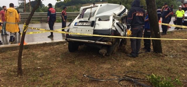 Sinop'ta hafif ticari araç elektrik direğine çarptı: 1 ölü, 3 yaralı