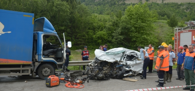 Sinop'ta kamyon ile otomobil çarpıştı: 2 ölü, 1 yaralı