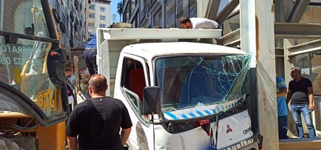 Sinop'ta kamyon üst geçidin ayağına çarptı: 2 yaralı
