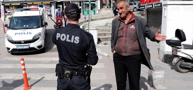 Sokağa çıkan 65 yaş üstü vatandaşlar uyarılarak evlerine gönderildi