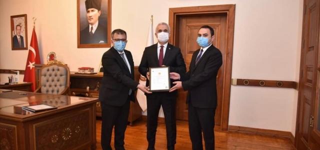 Taşköprü sarımsağı AB coğrafi işaret tescil belgesi Vali Çakır'a takdim edildi