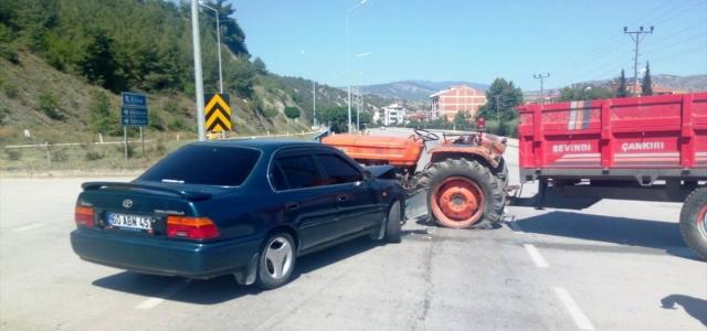 Taşova'da traktör ile otomobil çarpıştı: 2 yaralı