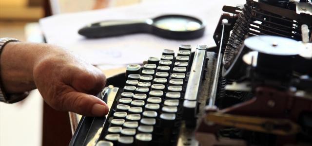 Tek parmağıyla 38 yıldır daktiloyla dilekçe yazıyor