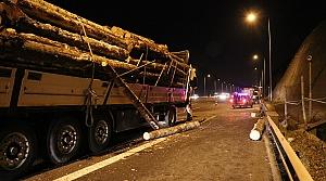 Anadolu Otoyolu'nda tomruk yüklü tır kamyonla çarpıştı: 1 yaralı
