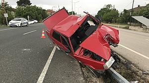Aydınlatma direğine çarpan otomobildeki iki kişi yaralandı