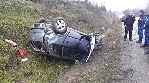 Bartın'da otomobil şarampole devrildi: 2 yaralı