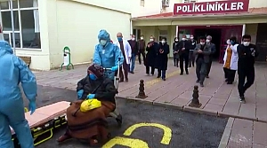 Bayburt'ta koronavirüsü yenen iki huzurevi sakini alkışlarla taburcu edildi