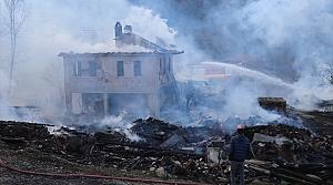 Bolu'da bir köyde 4 ev, 6 samanlık, bir ahır yandı