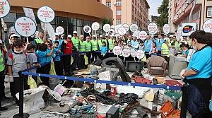 Çevre temizliğine dikkati çekmek için çöp topladılar