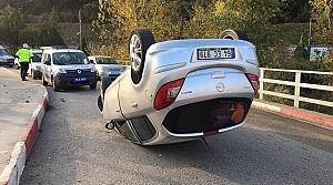 Devrilen otomobilden yara almadan kurtuldu