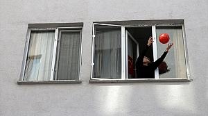 Düzce'de gözetim altında tutulanlar pencereden basket attı