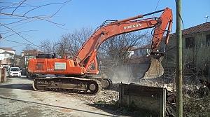 Düzce'de metruk binaların yıkımı yapılıyor