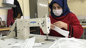 Gönüllü öğretmenler sağlık çalışanları için maske üretiyor
