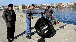 Hem balık tutuyor hem de deniz temizliği yapıyorlar