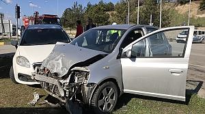 İki otomobil çarpıştı: 2'si çocuk 4 yaralı