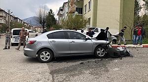 Kamyonete çarpan otomobilin sürücüsü yaralandı