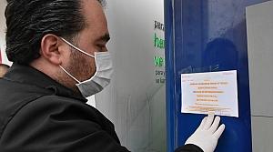 Koronavirüse karşı kentteki bankamatiklere bilgilendirici broşür astı