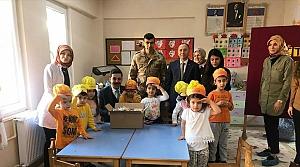 Öğrencilerden Mehmetçiğe fındık ve mektuplu destek