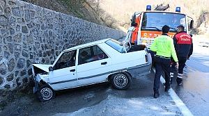 Otomobil su kanalına devrildi: 2 yaralı