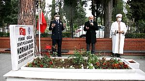 Samsun'da emniyet mensupları koronavirüs tedbirlerine uyarak şehitlerin mezarlarına karanfil bıraktı