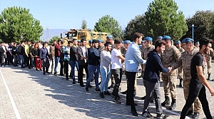 Üniversitelilerden Mehmetçik'e moral ziyareti