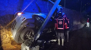 Zonguldak'ta aydınlatma direğine çarpan otomobildeki 4 kişi yaralandı