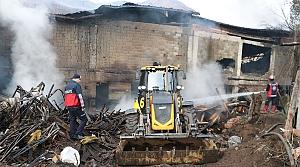 Zonguldak'ta mobilya imalathanesinde çıkan yangın söndürülmeye çalışılıyor