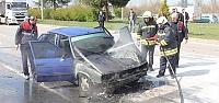 Kırmızı ışıkta duran otomobil yandı