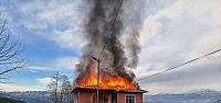 Rize'de yangında evin ikinci katı kullanılamaz...