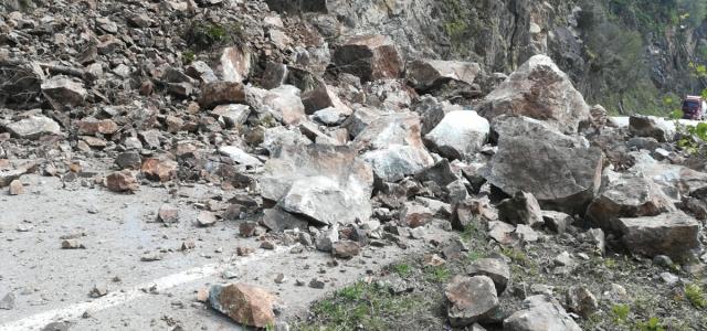 Tirebolu-Kürtün kara yolu toprak kayması nedeniyle ulaşıma kapandı
