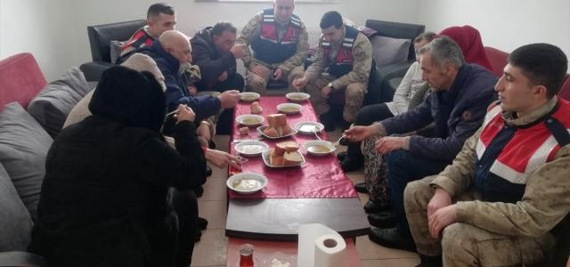 Tokat'ta jandarma yolda mahsur kalan yolcuları kurtardı