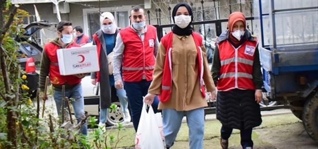 Türk Kızılay ihtiyaç sahiplerine yardım ediyor