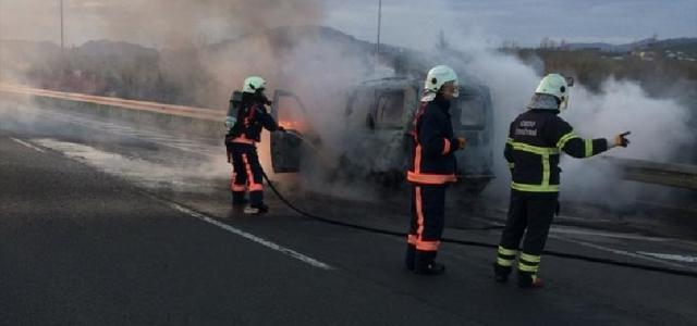 Ünye'de seyir halindeki araç yandı
