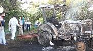 Devrilen traktörde yanarak öldü